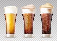 Холодное пиво или эль во влажном стеклянном реалистическом наборе вектора иллюстрация вектора