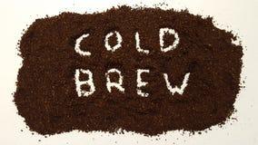 Холодное brew сказанное по буквам вне в земном кофе на белом ба стоковые изображения rf
