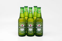 Холодные бутылки пива лагера Heineken стоковые фото