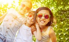 Холодные девушки с солнечными очками Стоковые Изображения