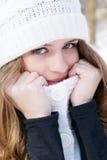 холодные детеныши женщины ощупывания стоковое изображение rf