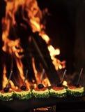 Холодные закуски, канапе с красной икрой, огнем на предпосылке Канапе с оливками, красной икрой, лимоном и укропом Ресторан Стоковое Фото