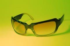 Холодные солнечные очки на зеленом цвете Стоковое фото RF