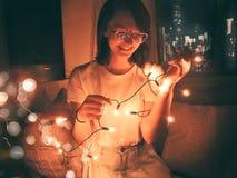 Холодные уютные ночи греют одеяла и горячий шоколад стоковое фото rf