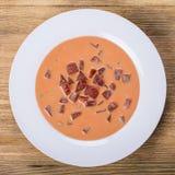 Холодный борщ - специальность на горячие летние дни Vegetable холодный суп с свеклой, огурцом, картошкой, radsih и яичком конец в Стоковое Изображение RF