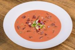 Холодный борщ - специальность на горячие летние дни Vegetable холодный суп с свеклой, огурцом, картошкой, radsih и яичком конец в Стоковые Изображения RF