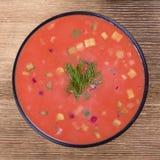 Холодный борщ - специальность на горячие летние дни Vegetable холодный суп с свеклой, огурцом, картошкой, radsih и яичком конец в Стоковая Фотография RF