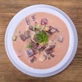 Холодный борщ - специальность на горячие летние дни Vegetable холодный суп с свеклой, огурцом, картошкой, radsih и яичком конец в Стоковое Изображение
