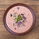 Холодный борщ - специальность на горячие летние дни Vegetable холодный суп с свеклой, огурцом, картошкой, radsih и яичком конец в Стоковое Фото