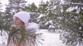 Холодный девочка-подросток под снежностями акции видеоматериалы