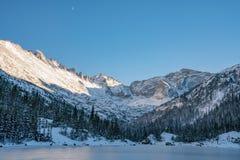 Холодный зимний день в национальном парке скалистой горы стоковое фото