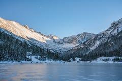 Холодный зимний день в национальном парке скалистой горы стоковая фотография