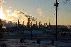Холодный зимний день на рафинадном заводе стоковое фото rf