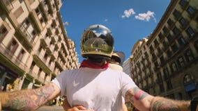 Холодный и ультрамодный велосипедист мотоцикла на улицах города сток-видео
