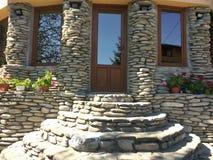 Холодный каменный вход дома с стеклами зеркала стоковые изображения