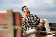 Холодный молодой арабский человек говоря на мобильном телефоне outdoors Стоковая Фотография RF