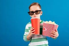 Холодный молодой мальчик в eyeglasses подготавливая смотреть фильм Стоковая Фотография RF