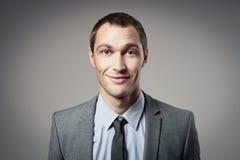 Холодный портрет бизнесмена на серой предпосылке Стоковые Фото