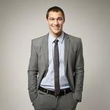 Холодный портрет бизнесмена на серой предпосылке Стоковая Фотография RF