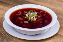 Холодный суп бураков Овощной суп лета светлый холодный с бураками на деревянном столе Традиционное блюдо русского или украинца c Стоковые Изображения RF