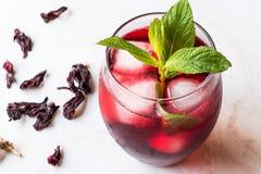 Холодный чай гибискуса brew с листьями льда и мяты стоковая фотография rf