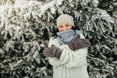 Холод счастливой женщины чувствуя в зиме Стоковое Фото