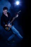 Холодный человек с электрической гитарой Стоковые Изображения RF