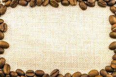 Холст дерюги мешковины и кофейные зерна установили кругом в круге Стоковые Изображения RF