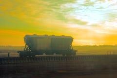 хоппер-batcher на предпосылке неба захода солнца стоковая фотография