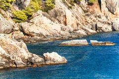 Хорватская скалистая береговая линия Побережье острова Hvar Приветствия от моря Море и утесы в Хорватии Каникула на море установь стоковые изображения