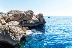 Хорватская скалистая береговая линия Побережье острова Hvar Приветствия от моря Море и утесы в Хорватии Каникула на море установь стоковая фотография