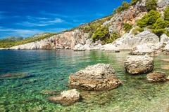 Хорватская скалистая береговая линия Побережье острова Hvar Приветствия от моря Море и утесы в Хорватии Каникула на море установь стоковое изображение