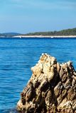 Хорватская скалистая береговая линия Побережье острова Hvar Приветствия от моря Море и утесы в Хорватии Каникула на море установь стоковая фотография rf