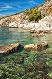 Хорватская скалистая береговая линия Побережье острова Hvar Приветствия от моря Море и утесы в Хорватии Каникула на море установь стоковые фотографии rf