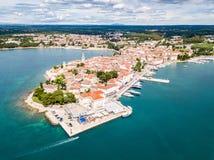 Хорватский городок Porec, берег Адриатического моря голубой лазурной бирюзы, полуострова Istrian, Хорватии Колокольня, красные кр стоковое фото