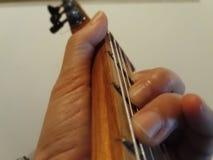 Хорда игры классики и руки гитары Стоковое Изображение