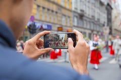 Хоровой фестиваль, певицы на улице, национальный костюм и культура стоковое фото rf
