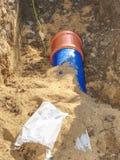 Хоронить трубопровод водоснабжения Обслуживание схемы поставок воды из городского водопровода стоковое фото rf