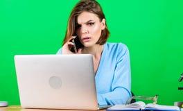 Хорошая беседа дела данные и информация Деловое сообщество женщина с компьютером на таблице секретарша использует чернь стоковая фотография rf