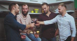 Хорошая выглядя молодая партия парней дома тратя полезного время работы с дружелюбной компанией, они выпивают приветственные воск видеоматериал