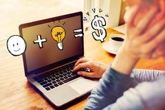 Хорошая идея приравнивает деньги с человеком используя ноутбук стоковые изображения rf