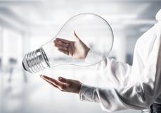 Хорошая концепция идеи посредством лампочки в руках стоковые фото