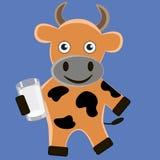 Хорошая корова с стеклом молока стоковая фотография rf
