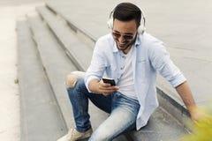 Хорошая смотря музыка человека слушая стоковое изображение rf