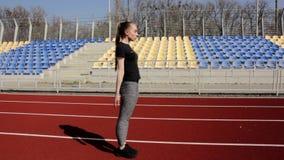 Хорошая смотря разминка девушки молодого active подходящая делая тренировку простирания ноги для того чтобы нагревать мышцы тона  акции видеоматериалы