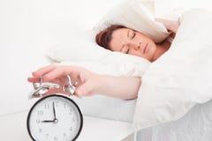 Хорошая смотря red-haired женщина просыпая вверх стоковая фотография