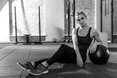 Хорошая смотря sporty склонность женщины на шарике med Стоковое Изображение RF