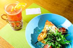 Хорошее и томаты хлебопекарни на плите, горячем чае с лимоном и карточке стоковое изображение