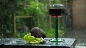 хорошее настроение осмотрите окно Дождь лета снаружи Стоковые Изображения