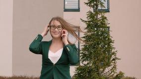 Хорошие новости молодой коммерсантки joying и говорить мобильным телефоном на открытом воздухе видеоматериал